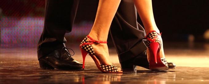 pies bailando salsa